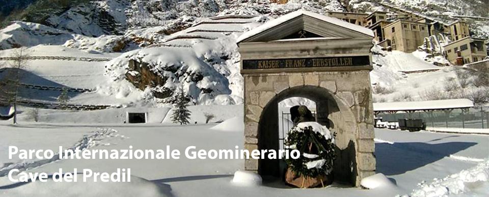 Il monumento ai minatori di Cave del Predil innevato
